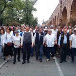 Como se anunció, la movilización es encabezada por el rector Medardo Serna, así como por los dirigentes del SPUM, Gaudencio Anaya, y del SUEUM, Eduardo Tena