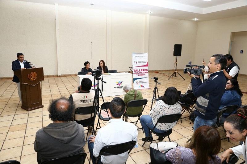 Adán García Cervantes, asesor de la CGCS, quien felicitó a las y los periodistas por participar en este taller, toda vez que su presencia trae implícito un compromiso social de parte de las y los comunicadores