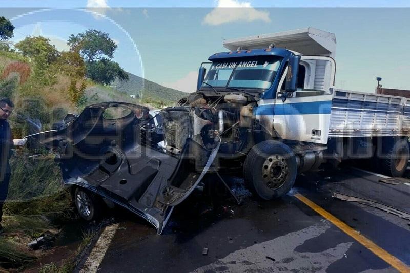 En el interior del vehículo fueron localizadas cuatro personas sin vida, las cuales estaban prensadas, por lo que fue necesario equipo hidráulico de Bomberos de Jiquilpan