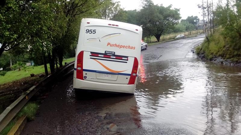 Elementos de la Policía Michoacán decidieron cerrar el acceso para evitar que más unidades pudieran colisionar como el autobús que tuvo que ser sacado con una grúa particular, debido a que no pudo seguir su camino