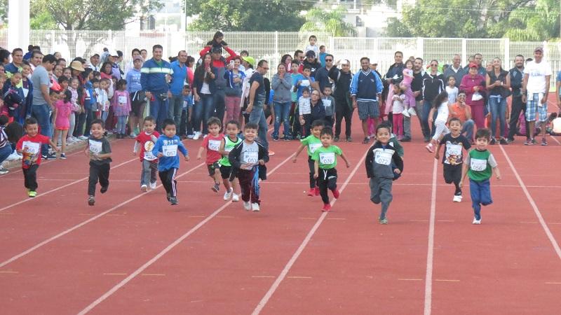 A nombre de la delegada del Instituto, Lorena García Peña, el subdelegado de Prestaciones, Mario Everardo Ruiz Morell, dio la bienvenida a los participantes y agradeció la presencia de los familiares de los jóvenes corredores