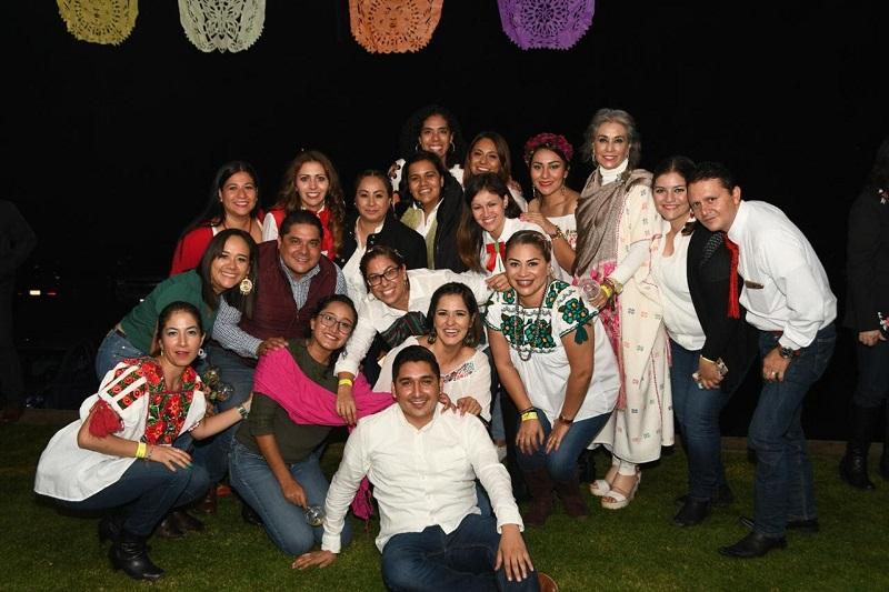 Como anfitriona y organizadora de la Noche Mexicana DIFerente, la directora general de la institución, Rocío Beamonte Romero, recibió a las 700 personas y agradeció apoyar la fiesta que permitirá reunir recursos económicos para niños, niñas y adolescentes