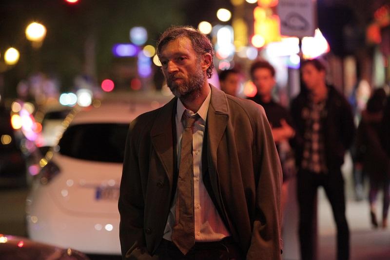 Sin dejar huellas retoma algunas características comunes en el cine policial: un misterio aparentemente insoluble, un detective con aires de antihéroe y un antagonista maquiavélicamente desquiciado