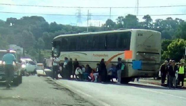 """Aproximadamente 40 personas con vehículos y pancartas pertenecientes al """"Concejo Supremo Indígena de Michoacán"""" participaron en el bloqueo carretero"""