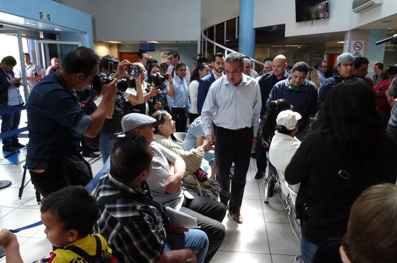 Acompañado por el director general, Julio César Orantes Ávalos, y el líder del Sindicato, Alejandro Saldaña Plasencia, el edil capitalino, en un gesto de atención, saludó de mano a cada uno de los trabajadores que se encontraban en sus espacios de trabajo