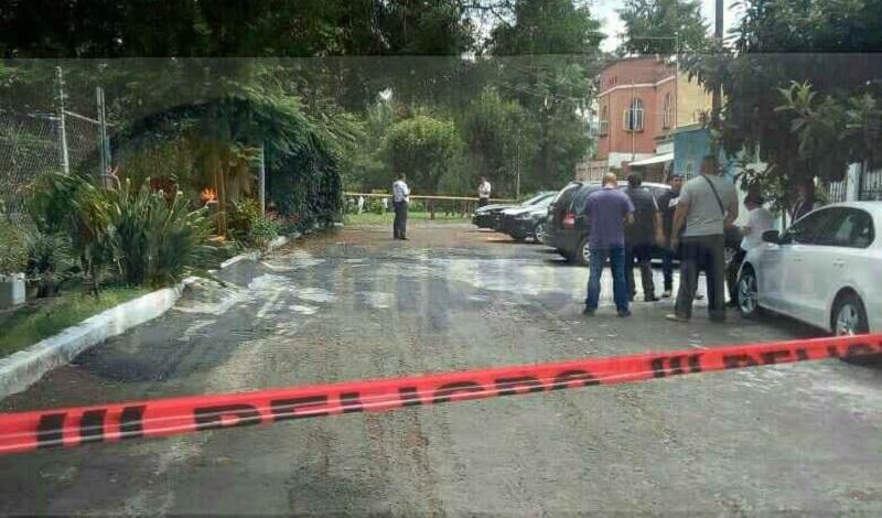 El hecho ocurrió cuando vecinos de la calle Pera reportaron al número de emergencias 911 que en un lote baldío se encontraba una persona tirada aparentemente sin vida y con sangre en la cabeza