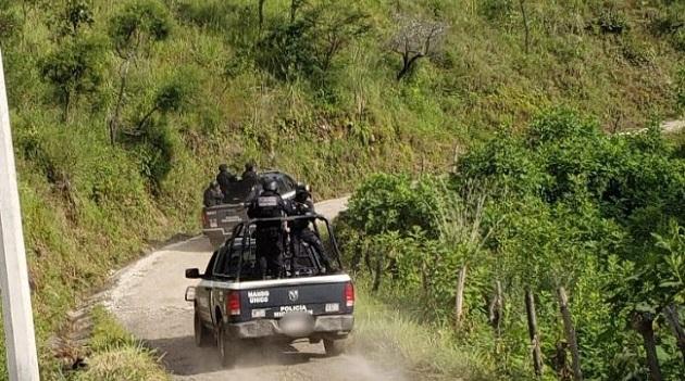 Los otros tres detenidos fueron identificados como Juan Manuel H., Erick Iván Ll., y un menor de edad, a quienes se les decomisó un arma larga AK47 con 4 cargadores y 30 municiones, una fornitura y un chaleco táctico, así como 250 gramos de metanfetamina