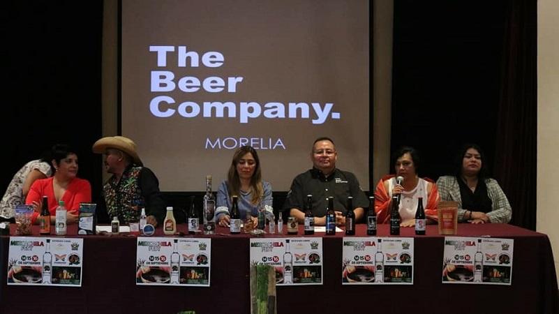 En representación de los organizadores, Edgar Mercado aseguró que el evento es una gran plataforma para exhibir los productos y el trabajo de cerveceros artesanales, mezcaleros y productores michoacanos que no tienen otros espacios para darse a conocer directamente ante los consumidores (FOTO: ARTURO BRAVO)