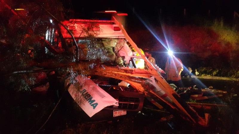 El vehículo accidentado es la unidad médica SUMICH-AM-806-MA, de la Secretaría de Salud, la cual estaba comisionada a Protección Civil Municipal de Zamora