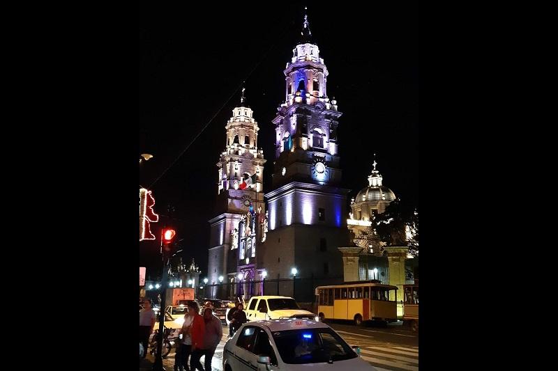 Raúl Morón señaló que tras escuchar las voces de los propios ciudadanos y turistas, se tomó la decisión de que el espectáculo de luces en la Catedral, mantuviera colores cálidos y neutros, que le permitan lucir con elegancia cada uno de los rincones que hacen única esta pieza arquitectónica