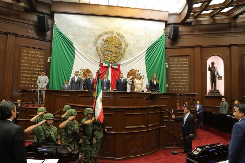 El titular del Ejecutivo Estatal escuchó los posicionamientos de la y los representantes de cada fracción partidista, y refrendó su disposición al diálogo y la construcción de proyectos que abonen al desarrollo de Michoacán y sus habitantes