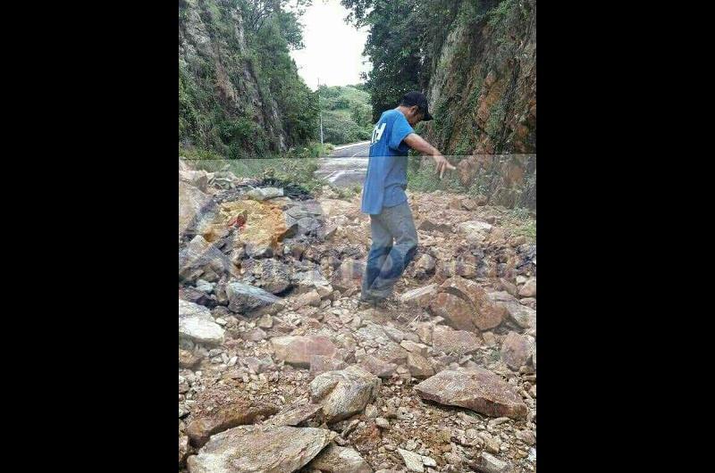 Fue sobre la carretera Lázaro Cárdenas - Caleta de Campos a la altura de la población del Bejuco donde un cerro se desgajo generando el corte de circulación en la vialidad que atraviesa dicha población