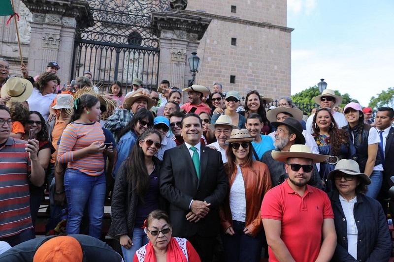 Familias completas saludaron con entusiasmo al mandatario estatal, además de que aprovecharon para tomarse fotos y compartirle experiencias de manera directa