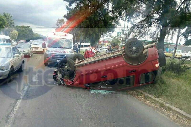 El joven conductor que conducía la camioneta perdió el control, lo que provocó que volcara, quedando las llantas hacia arriba
