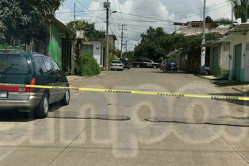 La víctima se desplomó en el pavimento sin vida, mientras que los agresores escapaban con rumbo desconocido, al lugar llegaron los elementos de la Policía que acordonaron el área