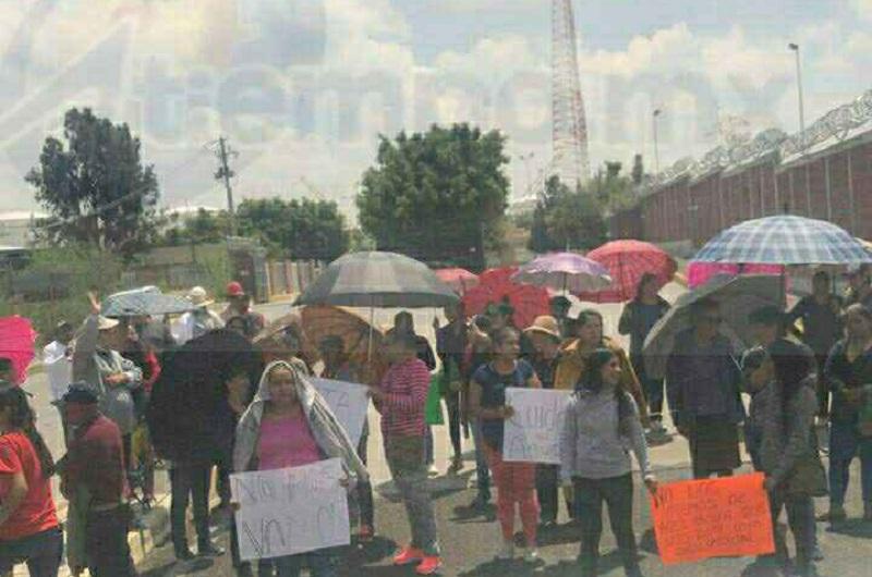 Minutos después de las 10:00 horas arribaron en vehículos aproximadamente 50 personas a las instalaciones de la Terminal de Reparto de Petróleos Mexicanos