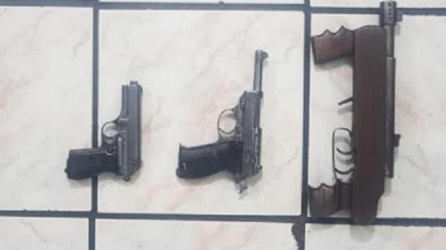 Se aseguraron, además, tres armas de fuego y 23 dosis con metanfetamina