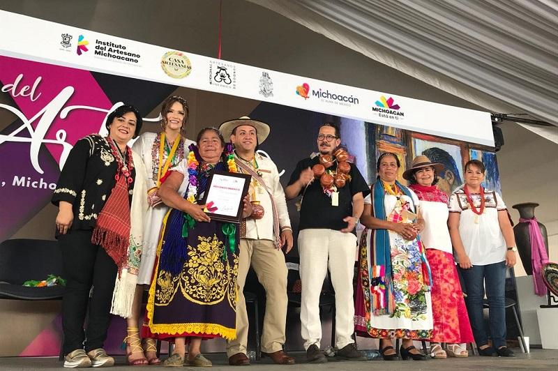 Durante la ceremonia, se entregaron 61 premios para artesanas y artesanos de diferentes localidades del estado, con más de 25 años de trayectoria y méritos en el ámbito artesanal