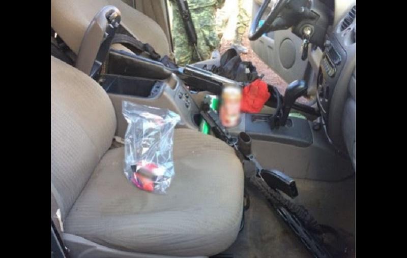 Dentro la unidad abandonada en el municipio de Tangancícuaro y que cuenta con reporte de robo, se localizaron también cargadores y municiones de grueso calibre