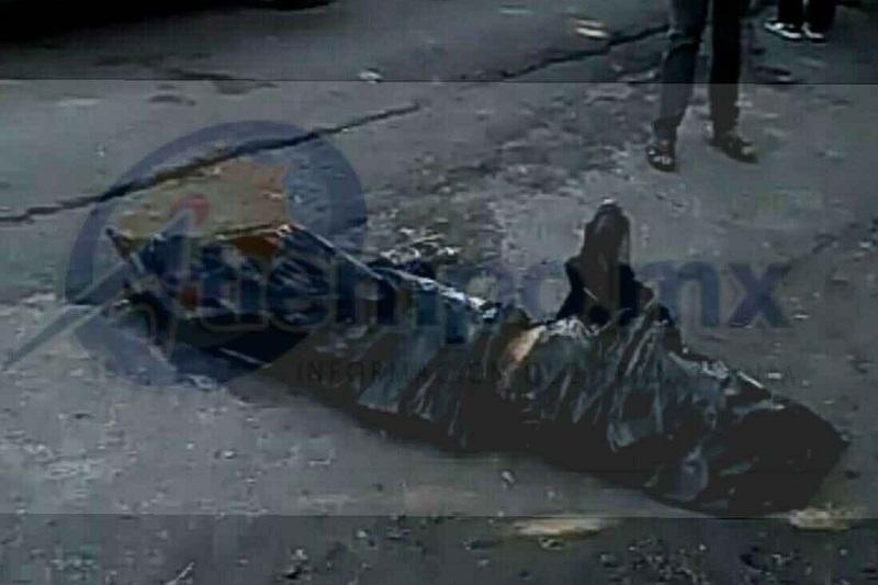 Al lugar arribaron elementos de la Policía Michoacán, quienes confirmaron la información y únicamente se alcanzaba a ver líquido hemático en un costado de la bolsa