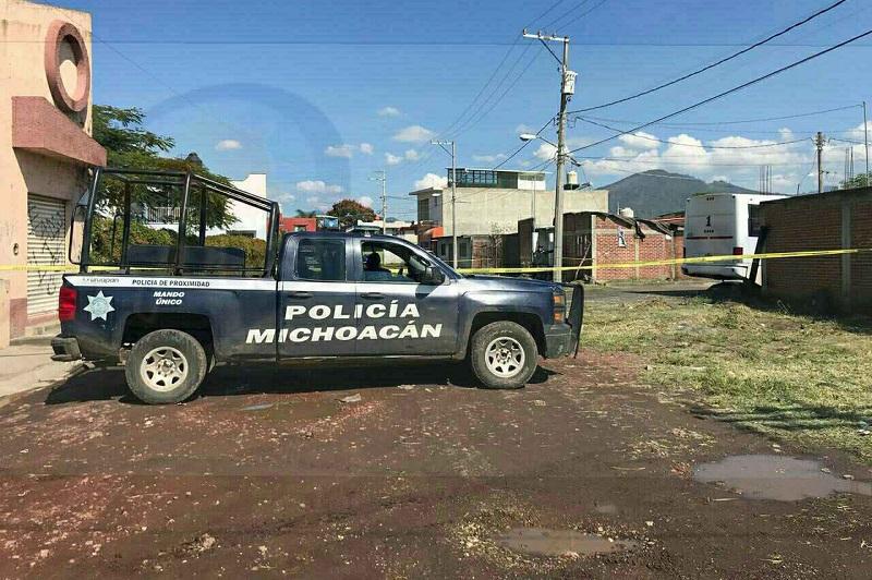 Los uniformados acordonaron el área en espera de la Fiscalía Especializada para que iniciaran las indagatorias correspondientes y ordenaran que el cuerpo fuera enviado al Servicio Médico Forense local