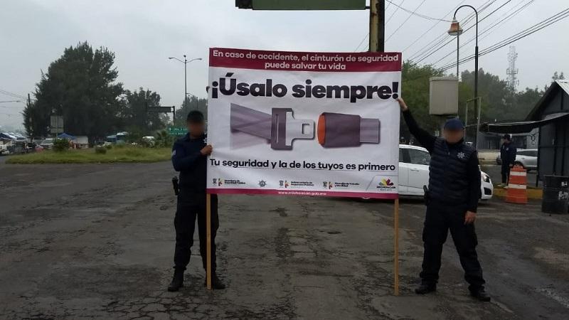 Elementos se mantienen en cruceros de la capital michoacana, para hacer entrega de material informativo, a la par de exponer una lona con mensaje de prevención y con ello, mantener a la baja la incidencia de hechos de tránsito en Michoacán