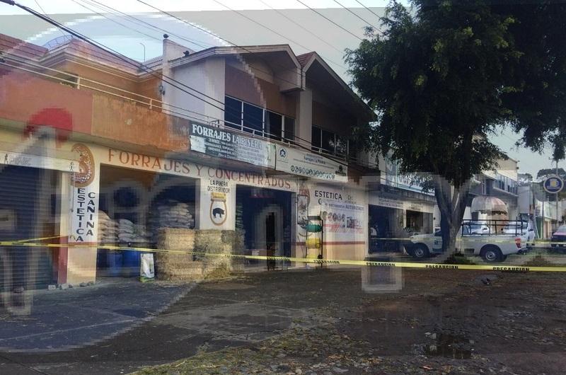 Arribaron minutos después elementos de la Policía Michoacán y paramédicos, quienes le brindaron las primeras atenciones al lesionado y lo trasladaron a un hospital para recibir atención médica