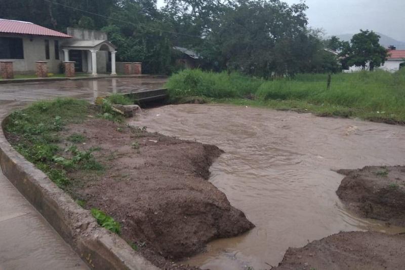 En Coalcomán, producto de la lluvia de la tarde-noche de ayer, se tuvo el desborde del Río Chiquito, mismo en el que el agua llegó a un domicilio, el cual fue atendido con oportunidad por las corporaciones de auxilio