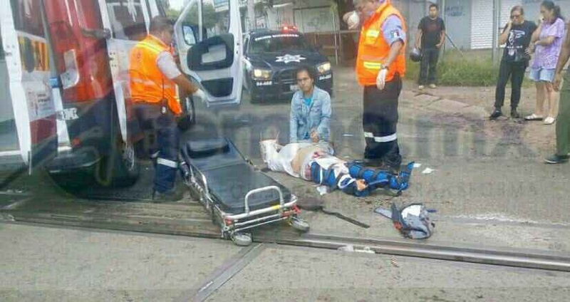 Por desgracia la persona tuvo amputación en ambas piernas siendo apoyada por peatones y minutos después por paramédicos de Protección Civil Estatal para trasladarla al IMSS Camelinas