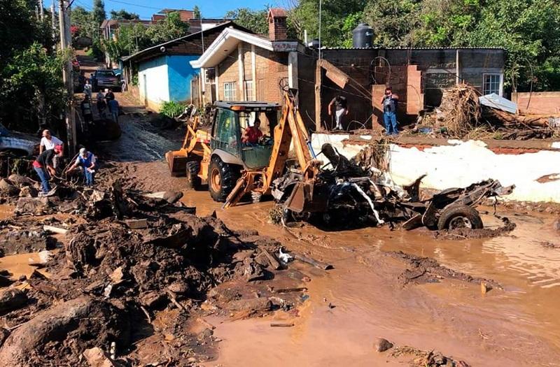 Mientras tanto, militares y cuerpos de rescate continúan con la búsqueda de más personas que presuntamente fueron arrastradas por las fuertes corrientes del Río Cutio