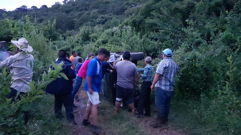Testigos indicaron que las dos personas que venían a bordo salieron lesionadas y fueron trasladadas en un vehículo particular a un hospital para recibir atención médica