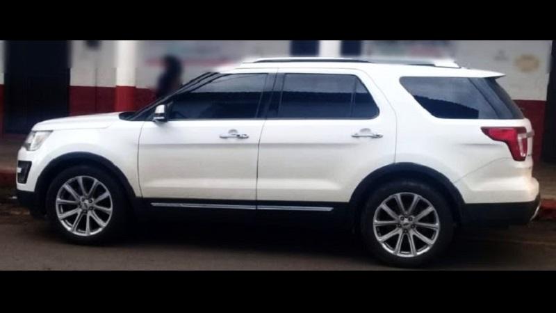 En seguimiento a una denuncia que alertó sobre el robo de un vehículo marca Ford, línea Explorer color blanco, los agentes de la Policía Michoacán desplegaron un operativo de búsqueda en la zona