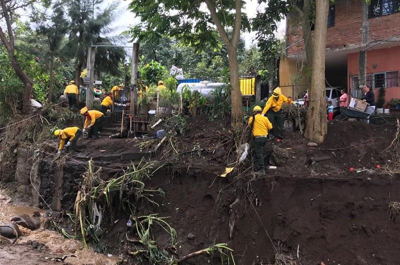 Combatientes de incendios forestales realizan limpieza en más de 100 viviendas
