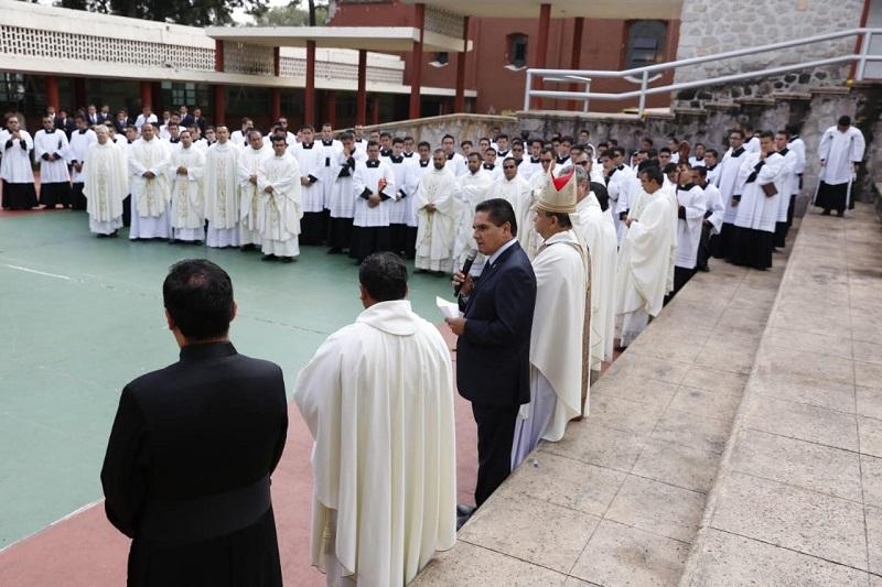 El mandatario estatal también felicitó a varios jóvenes por su ordenación sacerdotal, misma que llevaron a cabo en el marco de este aniversario, a quienes les reconoció su dedicación para haber culminado su formación