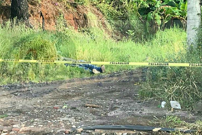 La víctima vestía pantalón de mezclilla color azul, tenis y playera verde, y tenía aproximadamente 30 años