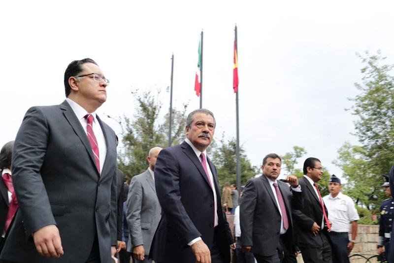 Reunidos en la Plaza Jardín Morelos, autoridades rindieron honores al Lábaro Patrio, entonaron las gloriosas notas del Himno Nacional, en tanto las Banderas ondeaban en lo alto de las astas