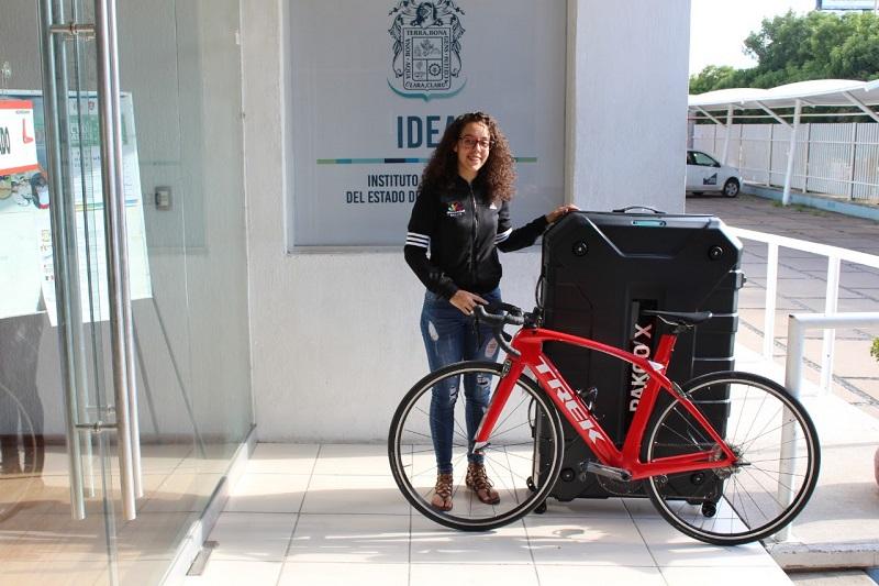 La directora general de la Cecufid, Jessica Moreno, acudió a despedir a la única michoacana presente en el magno evento y le obsequió una maleta especial para trasportar sus bicicletas
