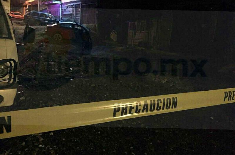 Al sitio arribaron los elementos de la Policía Michoacán, quienes sólo confirmaron que la persona que estaba en el asiento del chofer ya no tenía signos vitales, debido a que la víctima recibió al menos tres impactos de bala en su cuerpo