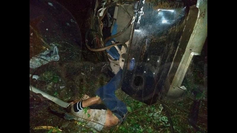 Testigos indicaron que el conductor perdió el control de la camioneta, debido a que la cinta asfáltica estaba mojada, para posteriormente volcar y dar varias vueltas terminando en un barranco