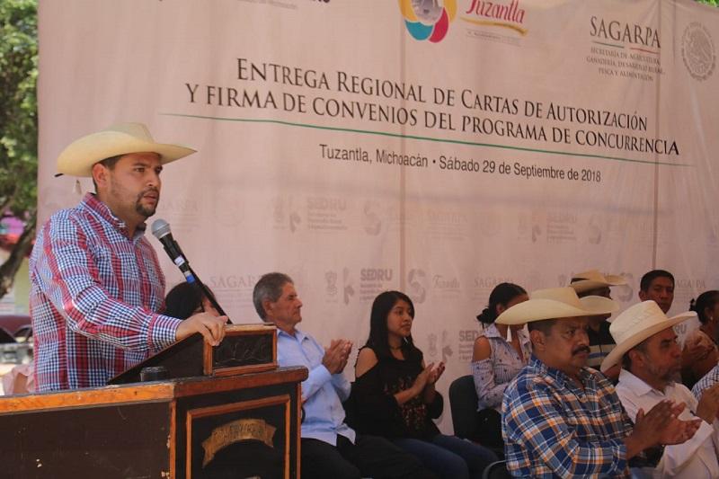 Sedrua y Sagarpa entregan apoyos en Tuzantla; se beneficia a 135 familias