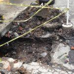 Tras reparar la fuga de un principio, trabajadores del OOAPAS dejaron abierto el agujero y fue el agua de lluvia la que ocasionó el socavón que a la postre generó la afectación que tienen los vecinos a la fecha