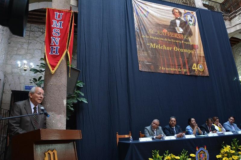 Se rinde homenaje a directores, profesores, personal administrativo y manual fundadores del plantel