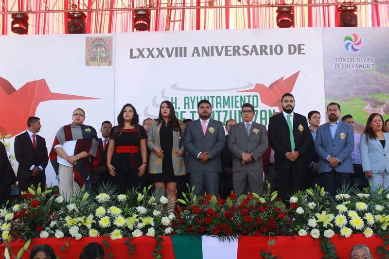 """El munícipe Hernández Gama, coincidió con la oradora oficial del acto en la idea de trabajar unidos para lograr construir un futuro promisorio para las nuevas generaciones, """"con mayor justicia social"""""""