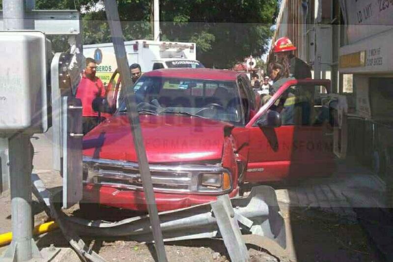 Al lugar acudieron elementos de la Asociación de Bomberos del Estado de Michoacán (ABEM), así como Policía Michoacán, quienes rescataron a los pasajeros del interior de la unidad