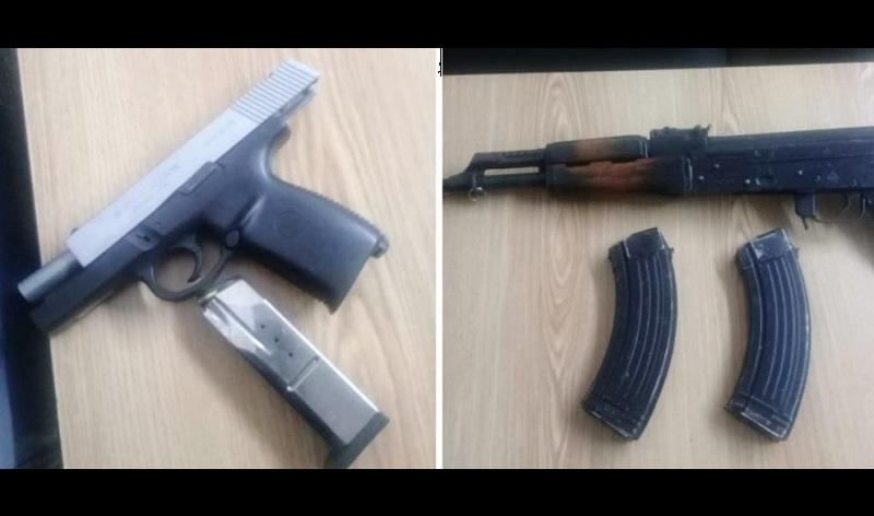 Durante la inspección en la mochila se localizó un arma AK-47 calibre 7.62 con dos cargadores abastecidos, y uno de los detenidos portaba una pistola calibre .40 con cargador y tres cartuchos útiles