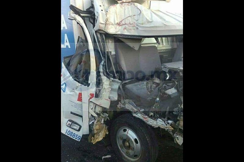 Servicios de emergencias fueron alertados que sobre la carretera Tangamandapio - Jacona a la altura de la comunidad El Nopalito se había registrado un accidente entre dos camiones repartidores