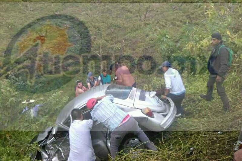 Debido al fuerte impactó el vehículo compacto terminó en un barranco de aproximadamente 10 metros, quedando el conductor prensado, por lo que automovilistas solicitaron apoyo a la línea de emergencias