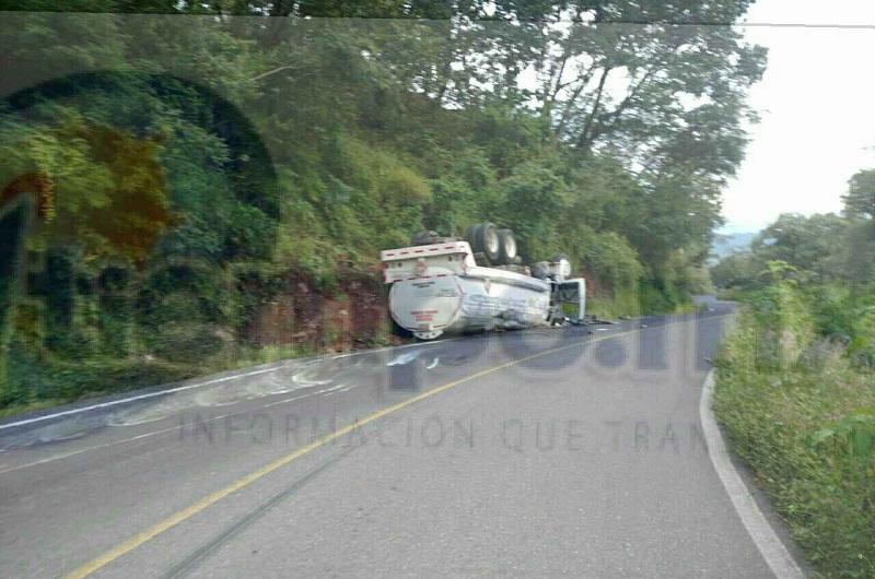 """La tarde del sábado una pipa perteneciente al """"Servicio Huajúmbaro"""", de color blanco, con número de placas 27-AF-6T del servicio público Federal y número económico FZC2179 que circulaba sobre dicha carretera volcó al llegar al kilómetro 11+500"""