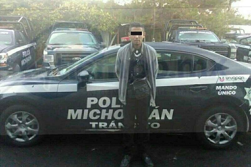 Los elementos de la Policía Michoacán División Tránsito aseguraron a Oscar V., de 29 años de edad, junto con el automotor antes mencionado, para su debida puesta a disposición ante la autoridad correspondiente