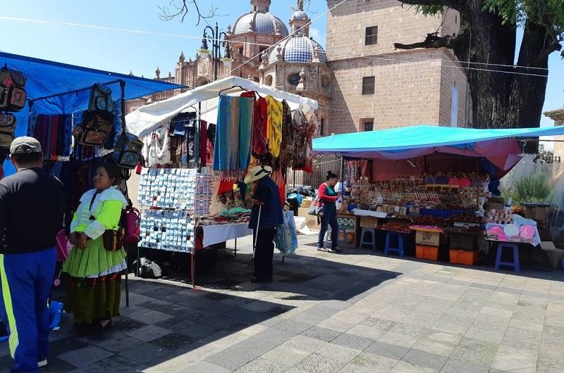 Se hizo un llamado a los comerciantes ambulantes instalados en la Plaza Melchor Ocampo, a definir juntos un lugar que sea conveniente para sus actividades y que no contravenga la norma del Bando de Gobierno